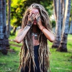 Female dreadlocks: 70 options for non-standard images - Frisur Ideen Pretty Dreads, Beautiful Dreadlocks, Dreadlock Hairstyles, Messy Hairstyles, Teil Dreads, White Girl Dreads, Girl With Dreads, Partial Dreads, Dreadlocks Girl