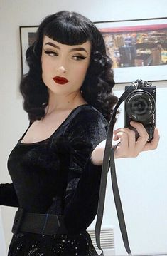 Vintage Hairstyles With Bangs Moda Rockabilly, Rockabilly Fashion, Rockabilly Bangs, Fringe Hairstyles, Hairstyles With Bangs, Cool Hairstyles, Goth Beauty, Hair Beauty, Vintage Hairstyles