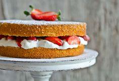 Um bolo muito suave e simples com assinatura de um mestre da cozinha. Uma agradável combinação da frescura das natas com os morangos