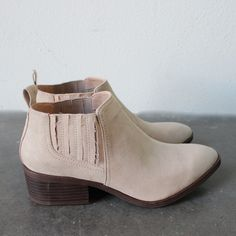 bc footwear stand up straight modern womens chelsea ankle boot in sand v. suede