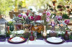 Decoração de casamento boho - mesa de convidados - roxo, vinho e rosa ( Decoração: Tais Puntel | Local: Fazenda Lageado | Foto: Duo Borgatto )