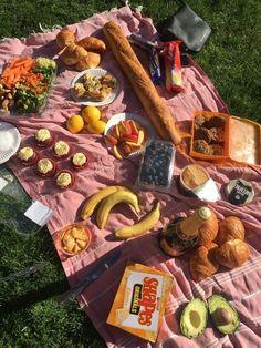 Picnic Date, Summer Picnic, Beach Picnic, Picnic Dinner, Garden Picnic, Meadow Garden, Picnic Tables, Spring Summer, Comida Picnic