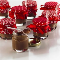 Brigadeiro in the pot! Perfect for gifts and party favors! Diy Christmas Gifts, Christmas Cookies, Sweet Party, Cake In A Jar, Mini Desserts, Cake Pops, Catering, Sweet Treats, Brunch