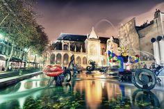 Fontes mais espetaculares do mundo STRAVINSKY FOUNTAIN (PARIS, FRANÇA) Com esculturas coloridas, a fonte está localizada do lado de fora do museu Centre Pompidou e foi inspirada nas obras de Igor Stravinsky. Ela foi criada em 1983 e hoje representa uma das atrações turísticas de Paris.