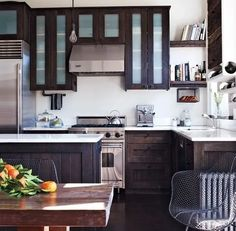 Key Design Takeaways from Celebrity Kitchens Green Cabinets, Kitchen Cabinets In Bathroom, Kitchen Interior, Kitchen Decor, Kitchen Ideas, 3d Kitchen Design, Celebrity Kitchens, Distressed Cabinets, White Shaker Cabinets