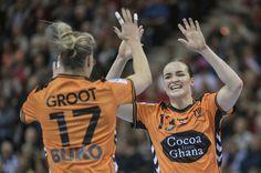 Nycke Groot en Yvette Broch zijn blij na een van de goals in de eerste helft tegen Zweden. Thrillers, Motivation, Sports, Happy, Handball, Hs Sports, Thriller Books, Ser Feliz, Sport