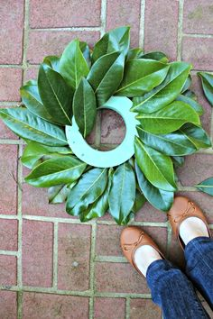 DIY Magnolia Wreath- Magnolia Leaf Wreath Tutorial Gooooood morning sunshines and Merry Thanksgiving! Are you ready to kick off the 30 Days in a Holiday State of Mind series? Today I am sharing a 15 Minute Magnolia Wreath tutorial. Wreath Crafts, Diy Wreath, Door Wreaths, Yarn Wreaths, Boxwood Wreath, Tulle Wreath, Floral Wreaths, Burlap Wreaths, Magnolia Wreath