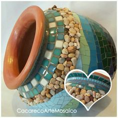 Looks like I have supplies to make this. Mosaic Planters, Mosaic Vase, Mosaic Flower Pots, Mirror Mosaic, Mosaic Garden, Stained Glass Designs, Stained Glass Projects, Mosaic Designs, Tile Crafts