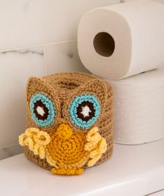 Retro Owl Toilet Roll Cover Free Crochet Pattern from Red Heart Yarns. Did I mention i love owls? Owl Crochet Patterns, Crochet Owls, Owl Patterns, Crochet Home, Crochet Crafts, Yarn Crafts, Free Crochet, Knitting Patterns, Knit Crochet