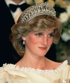 The tiara was originally commissioned by Queen Mary, then passed down to her granddaughter, the current queen, who loaned the tiara to Diana out of her own private collection. Diana famously wore it many times, including to a banquet in New Zealand in Real Princess, Prince And Princess, Princess Of Wales, Prince Harry, Prince William And Harry, Lady Diana Spencer, Princesa Diana, Lovers Knot Tiara, Royal Tiaras