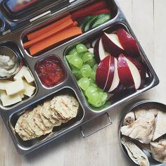 Inside:+ Crackers+ Apples and Grapes+ Carrots and Cumbers+ Cheese and hummus+ Gummy bears Pic: @ollies.lunchbox