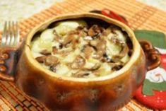 Вкуснейшая гречка запеченная в горшочке с грибами под сырной корочкой Pork, Casserole, Eat Lunch, Easy Meals, Cooking Recipes, Food And Drinks, Pork Roulade