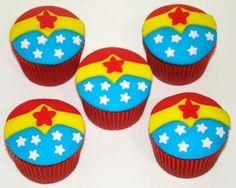 A Giovanna, filha da Anna Carolina, adorou sua festa de 5 anos com estes cupcakes de Mulher Maravilha!   Parabéns, Giovanna!          Cupca...
