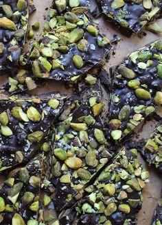 Pistachio and Dark Chocolate Bark with Sea Salt Chocolate Bar Recipe, Vegan Dark Chocolate, Salted Chocolate, Chocolate Bark, Candy Recipes, Dessert Recipes, Desserts, Dessert Platter, Bark Recipe