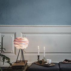 La lampe Carmina s'adapte à tous les intérieurs. Avec sa forme organique elle ajoutera un côté nature à votre intérieur.  Vous pouvez monter l'abat-jour dans 2 sens différents sur le pieds, qui peut être noir ou blanc.