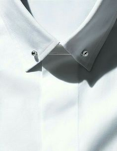The Details Guide to Tailoring. Put a pin in it. Shirt and collar pin by Dior Homme. Buy the Latest Brand Men Casual Shirts and Online Business Formal Shirt at fashion cornerstone. Discounts all season long. Der Gentleman, Gentleman Style, Fashion Details, Fashion Design, Fashion Trends, Fashion News, Minimal Fashion, Classic Fashion, Inspiration Mode
