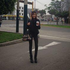 #Black Black Black  Look todo negro para el día y un café #Outfit de Hoy #ootd ---> @allsaintslive #jacket || @dvk_dunkelvolk black #jeans || @lolabymelissadelsolar #booties || @burberry #bag  #readytowork