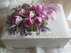 розы. объемная вышивка лентами (16) (700x525, 307Kb) Ribbon Embroidery Tutorial, Silk Ribbon Embroidery, Floral Embroidery, Free Motion Embroidery, Embroidery Patterns Free, Hand Embroidery, Band Kunst, Decorated Gift Bags, Material Flowers
