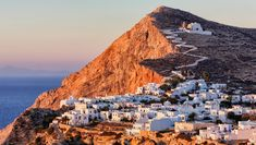 Griechenland empfängt wieder Touristen – und zählt schon jetzt zu den beliebtesten Zielen des Sommers. Wer dem Run auf Kreta und Co. entgehen will, kann sich auf diesen idyllischen Inseln einquartieren. Mykonos, Zakynthos, Athens Airport, Star Ferry, Skiathos, Greek Islands, Beautiful Islands, Rafting, Best Hotels