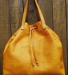 Bolsa estilo saco em couro. Mab Store - www.mabstore.com.br.