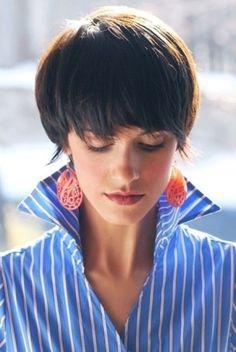 Укладки и прически на короткие прядки отнимают совсем мало времени, при правильно выполненной стрижке, сделать своими руками на голове стильную укладку можно всего за несколько минут.
