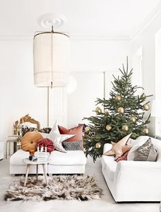Minimal Dreamy Christmas Home (Daily Dream Decor) Minimal Christmas, Scandi Christmas, Modern Christmas Decor, Christmas Interiors, Christmas Living Rooms, Noel Christmas, Simple Christmas, Christmas Themes, Christmas Decorations