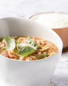Tomatenblokjes uit blik, uien en risottorijst, veel meer heb je niet nodig om deze gemakkelijke tomatenrisotto klaar te maken. Voorraadkastkoken!