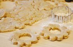 Wil jij lekkere koekjes maken deze kerst? Deze kerstkoekjes zijn koolhydraatarm! Lekker met wat glazuur, of met noten en rozijnen door het deeg.