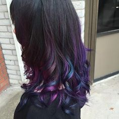 Otras apuestan por una base de cabello negro. | La nueva tendencia de cabello de pavo real resumida en 18 bellas imágenes
