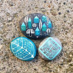 yaza turkuaz yakışır / turquoise for summer  #zeustones #tasboyama #piedraspintadas #sassidipinti #zeustones #petra #pebbles #rockpainting…
