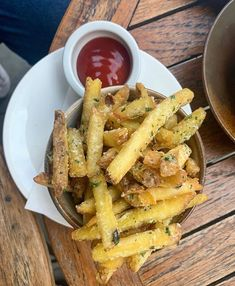 Credit to @the_coachmakers : They say money can't buy happiness... but it can buy Parmesan & truffle fries and that's kind of the same thing 😍🤤🍟 . @the_coachmakers . #cubitthouse #londonfoodie #londres #foodies #eatouttohelpout #dogfriendlypub #fries #pubsoflondon #travellerinside #marylebone #tlpicks #marylebonelane #bondstreet #oxfordstreet #inspiremyinstagram #londoninthesun #alfrescodining #visitlondon #lovelondon #tiktok #bbcbritain #pubsofinstagtam #instadogs #terracelondon #sundayr