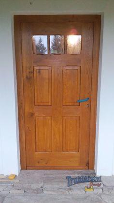 Vstupní dveře, kazetové, částečně prosklené, jednokřídlé v rámové zárubni . Dubové dřevo, drásané, nátěr lazurou.