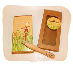 houten pen: Boven het maaiveld schijnt de zon Plastic Cutting Board, Postcards, Letters, Middle, Fonts, Letter