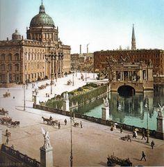 Berlin, Stadtschloss mit dem Kaiser-Wilhelm-Nationaldenkmal, das  im Rahmen der zehntägigen Hundertjahrfeier Kaiser Wilhelms I. (sog. Centenarfeier ) wurde das Denkmal am 22. März 1897 in Anwesenheit vieler Ehrengäste enthüllt.