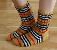Leikkien langalla Slouchy Hat, Knitting Socks, Leg Warmers, Needlework, Burberry, Knit Crochet, Slippers, Diy Crafts, Hats