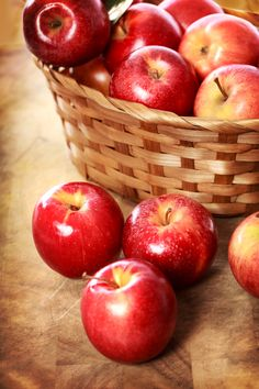 Red apples in a basket by Michiko Tierney - Flores y frutas - mini caramel apples Apple Fruit, New Fruit, Red Apple, Fruit And Veg, Fruits And Vegetables, Fresh Fruit, Apples Photography, Film Photography, Photography Ideas