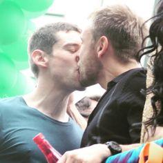 Atores de Sense8 se beijam antes de gravação de série começar