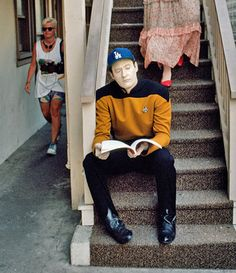Brent Spiner (Data) studying his script - Star Trek The Next Generation Star Trek Original, Star Trek Enterprise, Star Trek Data, Star Trek Show, Paddy Kelly, Star Trek Characters, Star Trek Universe, Pop Culture, Sci Fi