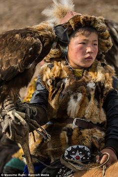 Kazakh child in Altai, Mongolia. The Kazakh people and their ancient tradition of hunting with golden eagles. Mongolia, Tibet, Eagle Hunting, Central Asia, Martial, Old Art, World Cultures, People Around The World, China