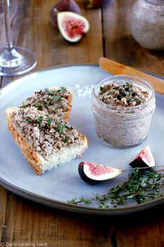 Vegetarian Thyme and Balsamic Mushroom Pate. Hands down on this thyme and balsamic mushroom pâté. This easy vegetarian spread is ridiculously simple and perfect served with toasts or crackers. Veggie Recipes, Appetizer Recipes, Healthy Recipes, Drink Recipes, Easy Recipes, Appetizers, Vegetarian Pate, Balsamic Mushrooms, Fromage Vegan