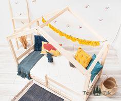 Klassisches Modell eines Hausbettes. Hier haben wir alles, was in der Montessori-Methode am wichtigsten ist, eine tiefgelegene Matratze zur Sicherheit und eine Form des Bettes, die bewirkt, dass es zum Lieblingsplatz für Ihr Kind zum Spielen und Entwickeln werden kann. Form, Toddler Bed, Furniture, Home Decor, Bed Mattress, Child Bed, Safety, Playing Games, Set Of Drawers