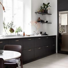 Go Behind The Scenes Of The 2016 Ikea Kitchen Makeover Bistro Kitchen, Ikea Kitchen, Kitchen Dining, Kitchen Decor, Kitchen Walls, Kitchen Wood, Kitchen Units, Kitchen Ideas, Brown Kitchens