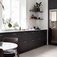 Bistro ask brunbets. Exklusivt brunt kök från Ballingslöv, här med köksluckan Bistro ask brunbets. Kökshandtagen av ljust läder i kombination med köksluckan i trä och den stryktåliga bänkskivan i Carrara kompositsten. | Ballingslöv ------------------------------------------------------ | Kitchen inspiration | A kitchen from Ballingslöv. Made in Ballingslöv, Sweden.