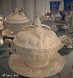 Duas sopeiras pequenas em porcelana branca foram colocadas entre os casais servidas com mais camarão ao requeijão...