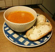 Vad smakar bättre än en enkel tomatsoppa? Den här soppan passar lika bra till lunch som middag. Servera gärna med något gott bröd! 4 portioner 1 gul lök 1 msk tomatpuré 1 burk krossade tomater 7,5 ...