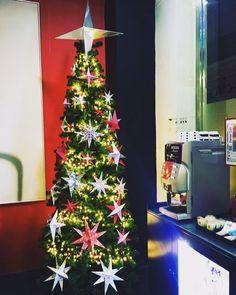 Muchos visitantes vienen a #ciudadreal  no solo para contemplar la iluminación de #Navidad sino para disfrutar de un ambiente festivo único en la #ciudad, que une las costumbres, buen tiempo, olor a dulces navideños y planes para todos los gustos.  Este año además la iluminación navideña repetirá espectáculos de luces y sonidos, a las 18:30 horas y a las 21:30 horas. Habrá canciones típicas de navidad y cada pase durará de 2 a 3 minutos.  #turismo #hotel
