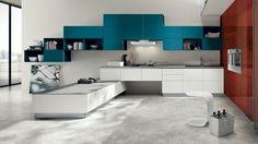 cuisine laquée en blanc, rouge et bleu