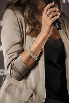 Sara nos tiene acostumbrados a una combinación sublime de los looks casual al mismo tiempo que sofisticado. Pequeñas piezas de joyería le ayudan a ello. En la imagen, combina una pulsera fina en dorado con otra más gruesa en tonos plateados, y un anillo triple con otro en dorado 100% tendencia.
