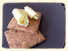 Ostebaconkiks: 1 Æg 150 g Revet ost 6 sk.bacon 1/2 tsk Salt 50 g Blødt smør 2 spsk mandelmel 1 spsk Pofiber 1 tsk bagepulver Bland ost, æg, smør, bacon og salt. Bland mandelmel, pofiber og bagepulver inden det blandes i dejen. Massen bliver ret fast men ikke tør. Rul dejen ud mellem to stk bagepapir og bag ca 25-30 min ved 180 grader. Tag kiksene ud og skær dem ud med det samme. Hvis de ikke er helt sprøde så sæt dem ind i ovnen igen i ca 10-15 min på eftervarmen. Køl af på en bagerist.