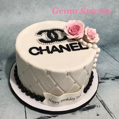Chanel inspired cake by Gema Sweets. Chanel Birthday Cake, 17 Birthday Cake, Birthday Cakes For Women, Chanel Torte, Coco Chanel Cake, Beautiful Birthday Cakes, Beautiful Cakes, Cupcakes, Cupcake Cakes